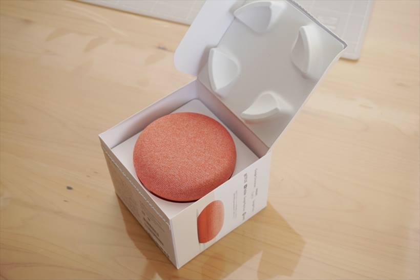 ↑Google Home Miniのハコ開け。ミニなハコにミニなAIスピーカーが入っていた