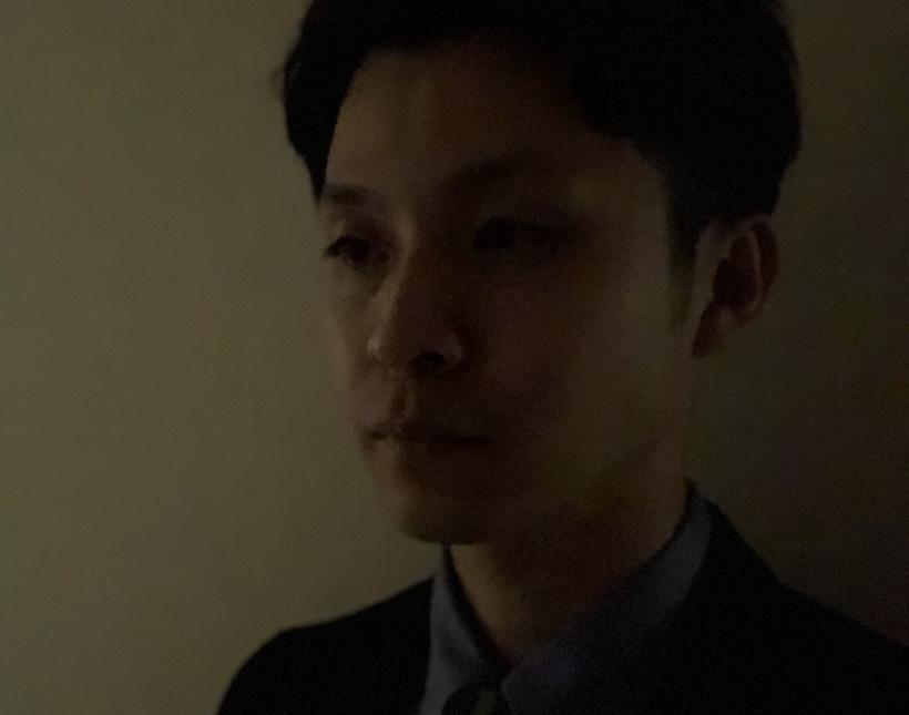 ↑写真は顔認証時のイメージを「ポートレート」で撮影したもの(以下同)。まずは光の入らない廊下にて。薄暗い場所でも問題なく認証できた