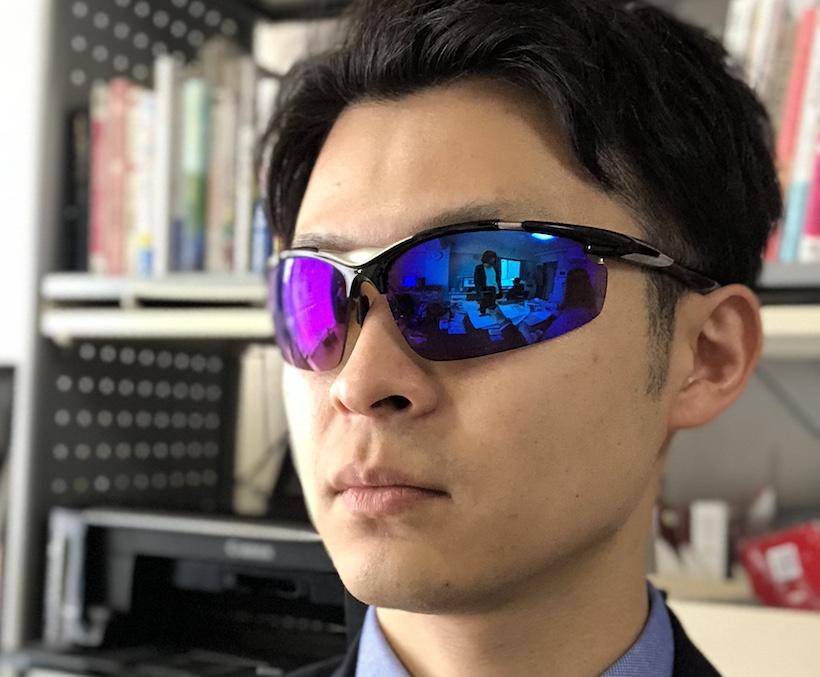 ↑目が完全に隠れるサングラスで。意外にこれは認証された