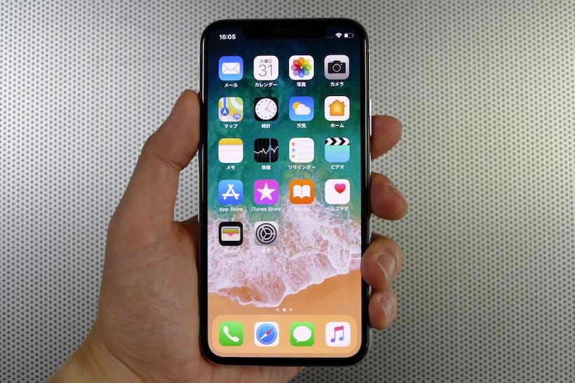 ↑iPhone X(シルバー)。側面にはステンレススティールを採用。前面・背面はガラスとなっており、ワイヤレス充電に対応