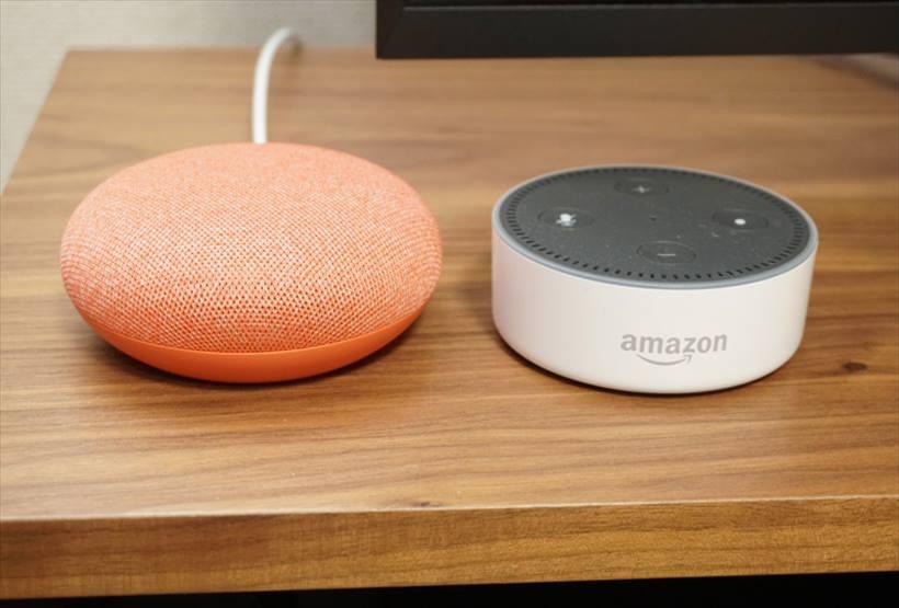 ↑今年ドイツで買ってきて使えていないアマゾンの「Echo Dot」スピーカーとサイズを比較。Echo Dotよりも明るい雰囲気