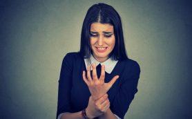 現代人の間で「スマートフォンサム」急増中! 手首に謎の痛みを感じるNG行為と予防のための対策