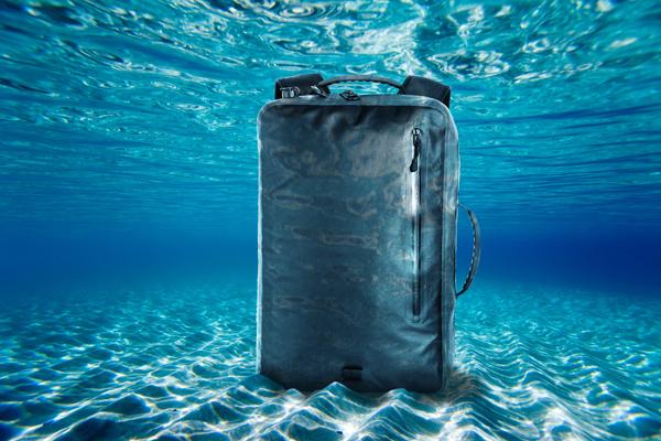 出典画像:「超軽量・耐衝撃・完全防水。空気を吹き込み水に浮くCapsulaバックパック」CAMPFIREより