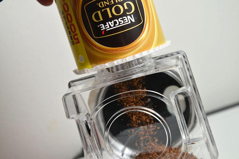 ↑バリスタのコーヒータンクに、ゴールドブレンドをセット。逆さにして一気にバサっと充填するのも、このシステムの特徴です