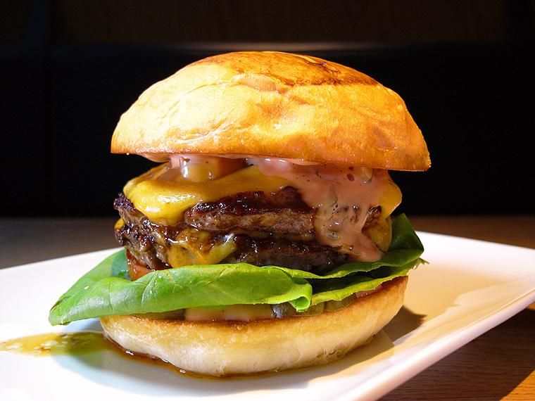 ↑やわらかな食べ口がクセになるダブルチーズバーガー「カリ」(1480円)