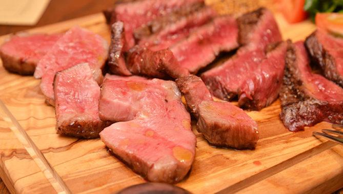 ↑お肉の付け合わせも選択可能。写真は「ルッコラとフルーツトマトのサラダ」