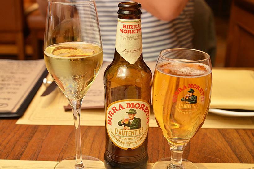 ↑まずは乾杯から。写真左は白ワイン、写真右は「モレッティ」というイタリアのビール