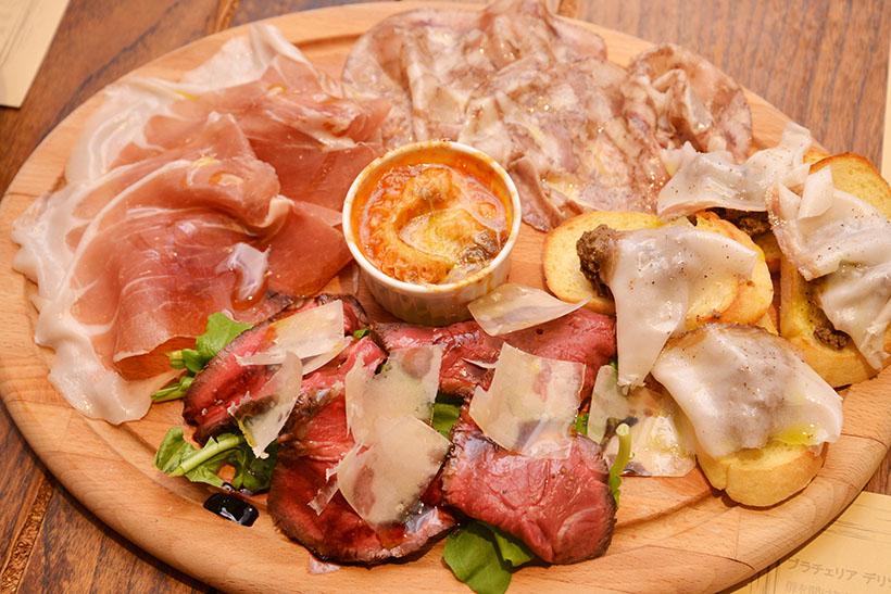 ↑肉系の前菜盛り合わせ。パルマ産生ハム、レバーペーストなどの定番に加え、牛タリアータ風、熟成ラードの薄切りなど変わったものも