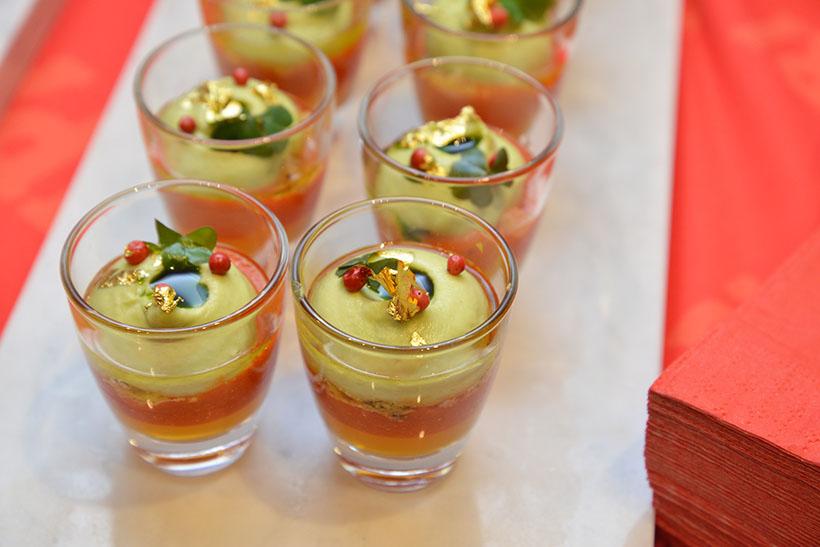 ↑料理1:オレンジとカンパリを加えた赤パプリカとアボカドのムースに、牛肉のコンソメジュレをプラス