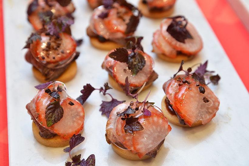 ↑料理2:ローストした鴨胸肉をカンパリ、グレープフルーツジュースに漬け込み、イチゴと紫芽(むらめ)をトッピング