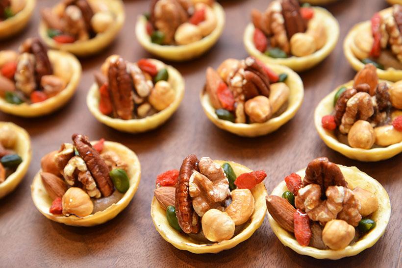 ↑料理3:タルトレットの中にレバーペースト、その上にローストナッツとはちみつをトッピング