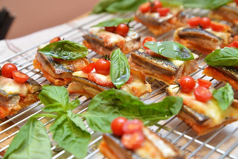 ↑料理5:パイ生地にオイルサーディン、トマトセック、モッツァレラチーズを乗せてオーブンで焼き上げ、バジルをトッピング