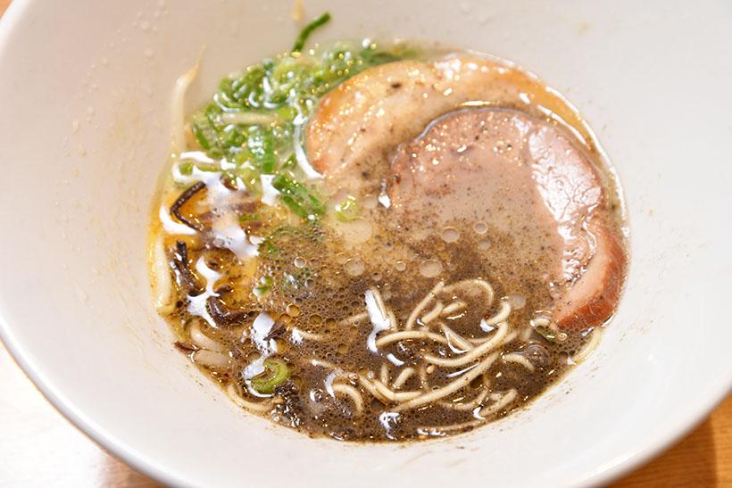 ↑混ぜたら見る見るスープの色が変わります