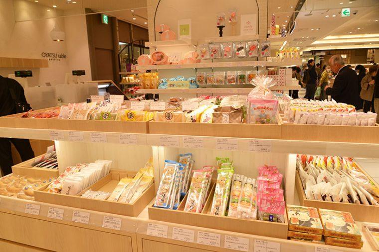 ↑東武百貨店が展開する「OYATSU table(おやつテーブル)」。全国各地のお菓子のセレクトショップとなっており、小分けの形で八つ橋やもみじ饅頭などを買うことができます