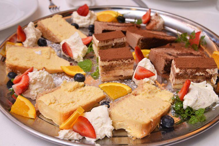 ↑特別にふるまわれた盛り合わせ。ニューヨークチーズケーキ、チョコレートムースケーキ、ティラミスなどが並んでいました