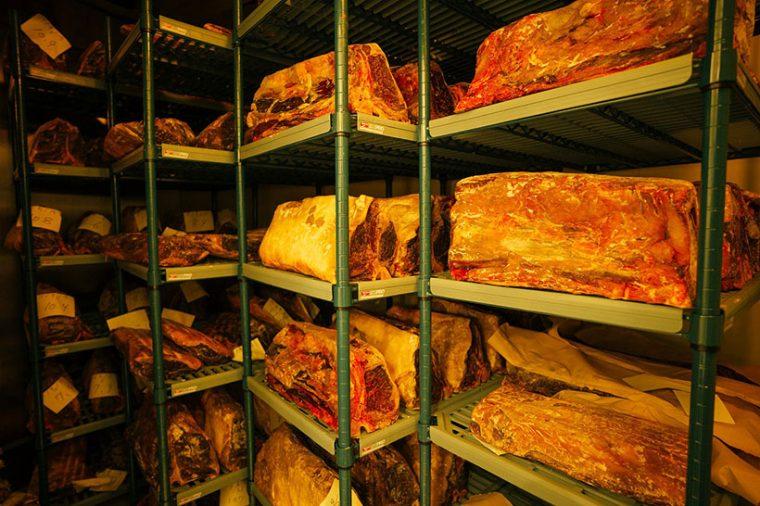 ↑エンパイアステーキハウス 六本木の熟成庫。寝かせるために、わざわざ空調完備の部屋を用意しています。NYスタイルにはそれだけ熟成が欠かせないということでしょう