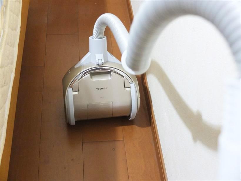 ↑上下に反転できるので、ベッドと壁の間のすき間など、横に方向転換できないスペースでもスームズに向きを変えられます