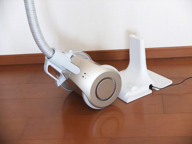 ↑充電台から本体を外す際は、ハンドルを持ったまま本体を手前に引き出すだけ。本体がすぐにフックから外れて掃除を開始できます