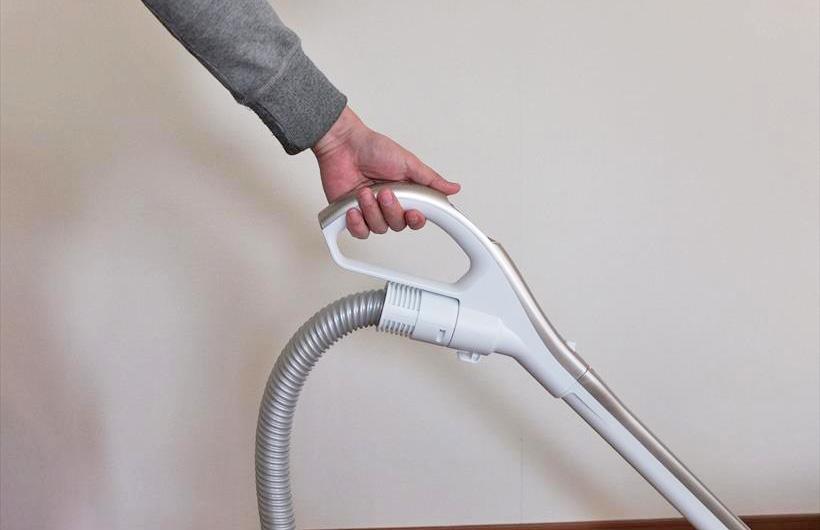 ↑ハンブル部はやや広めでラウンドしており、手首に負担のかからない場所に持ち替えながら掃除できます