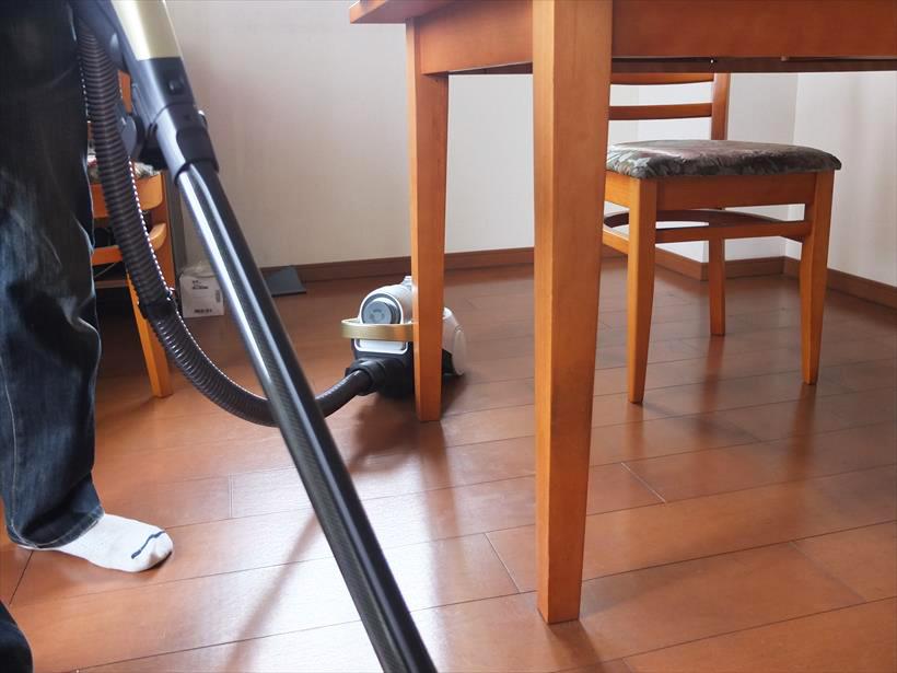 ↑本体は軽量かつ細身で、ホースも柔軟性があるため、人が掃除機がけする動線にうまく追随。重心も安定していて、急な方向転換で倒れることもありませんでした