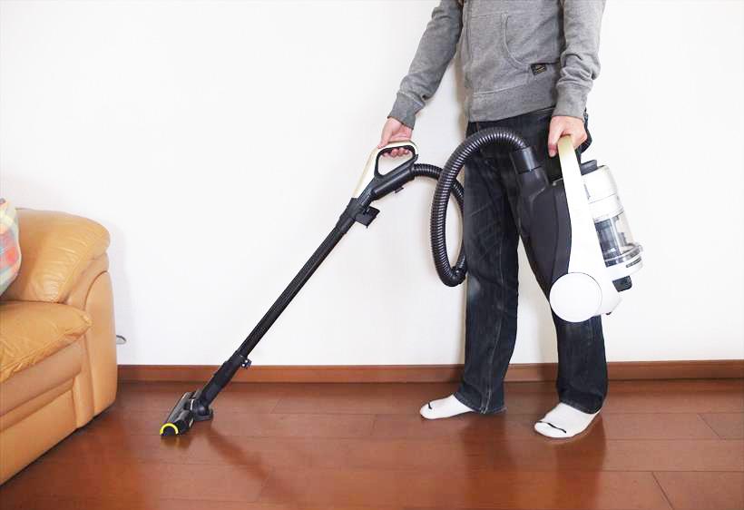 ↑本体1.8kgなので、片手で持っての掃除もラクラク。モノが多い部屋でピンポイントにゴミを取りたいときも使いやすいです