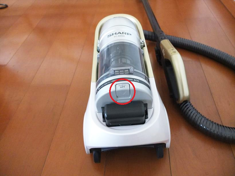 ↑本体後方の「バッテリーはずす」と表示されたボタンを押せば、バッテリーが簡単に外れます