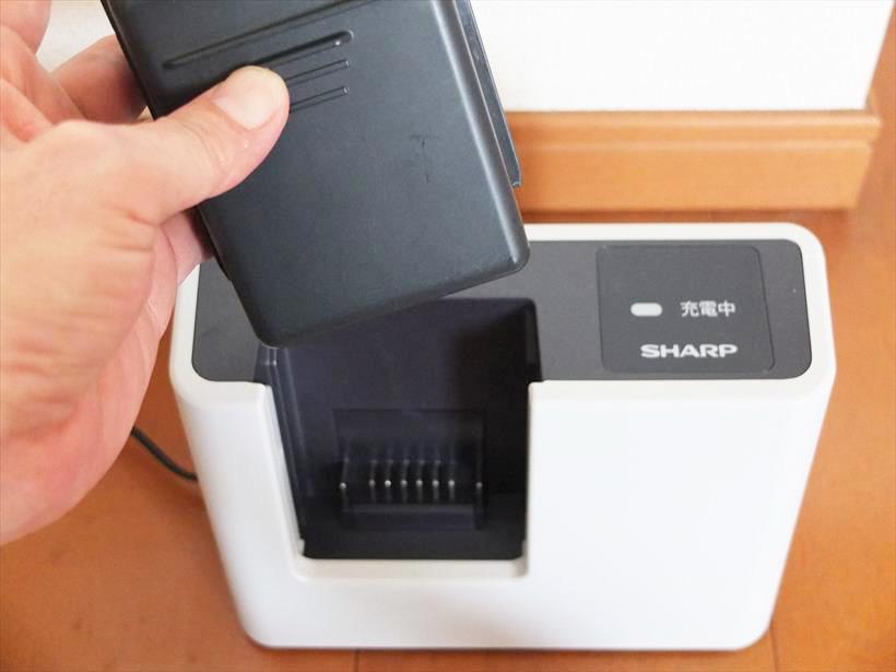 ↑外したバッテリーは付属の充電器に挿し込んで充電。充電器はコンパクトなので、置き場所の自由度も高いです