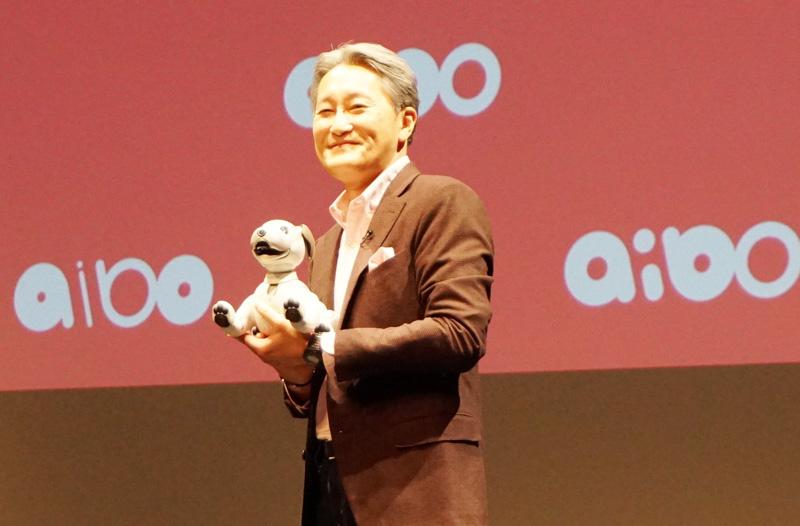 ↑aiboを抱いて発表会の舞台に立つソニーの平井一夫社長