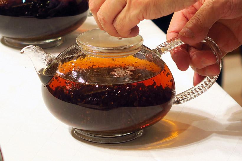↑沸騰させすぎたお湯を注ぐと、茶葉が下に沈んだままになり、香りが出ない。色も薄く、味わいも苦みが出てしまう