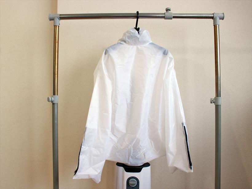 ↑乾燥バッグの裾部にある丸い穴に本体の温風吹き出し口を取り付け、ハンガーに吊り下げます