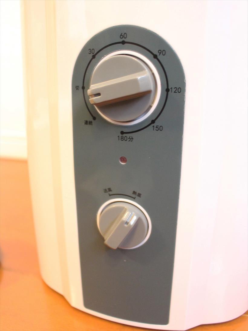 ↑タイマーのダイヤルを「切」から「連続」または180分以内で設定すると、温風が吹き出てきます