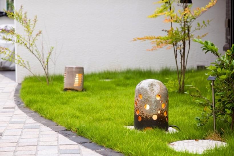 各棟をつなぐ前庭に置かれた灯籠が、夜には幽玄の世界を作り出します。信楽焼で、一点一点デザインも異なるもの