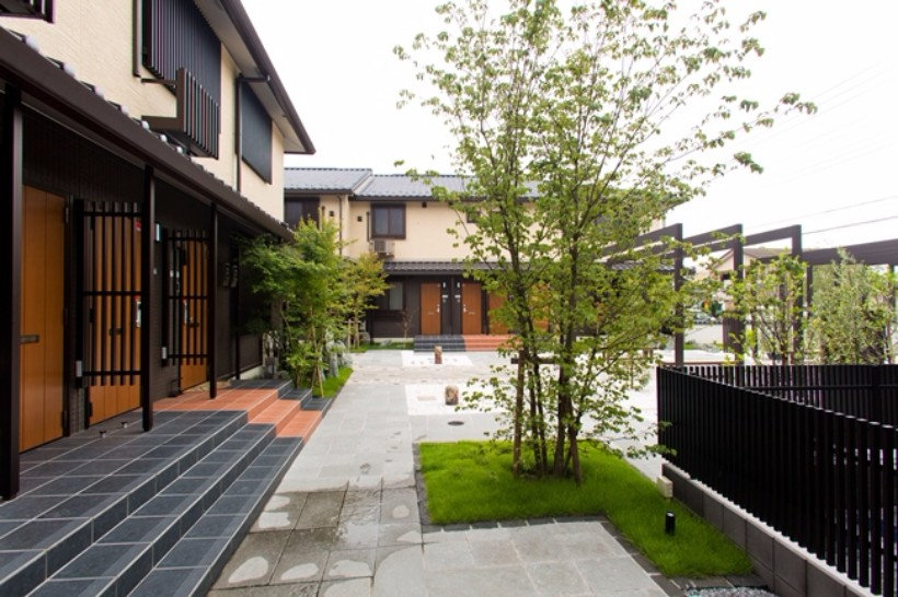 中庭から歩を進め、各居住棟へ。植栽と石造りの通路による奥まった雰囲気は、京都の路地をイメージした作り