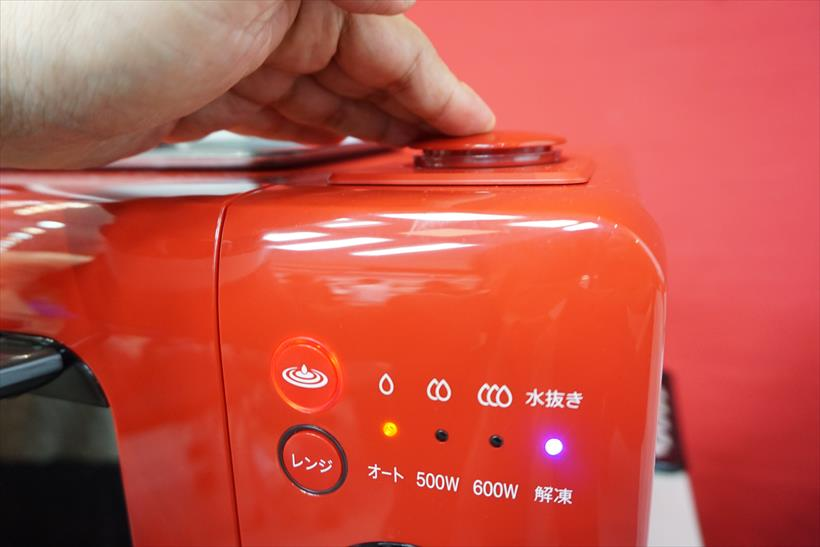 ↑ウォーターオーブン機能は水タンクに水をセットすれば、これも自動でONになり、火力は「弱:ふっくら」「中:サックリ」「強:こんがり」の三段階から選べます。このあたりの操作性は昨年モデルと同様です