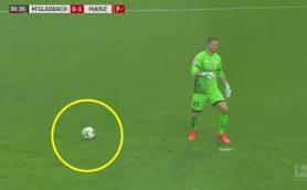 ボールが消えた!?ドイツ1部リーグで23歳GKが伝説的な珍プレー