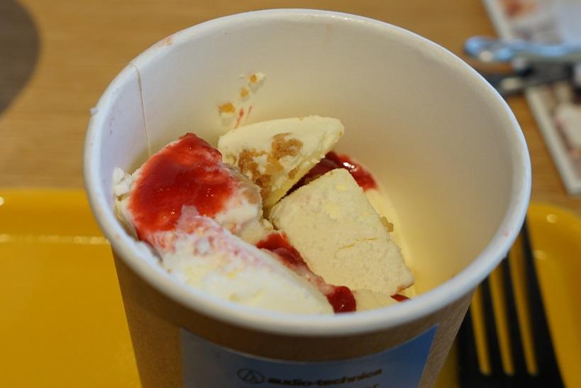 ↑イチゴのホイップクリームとパンケーキの下にはアイスがたっぷり詰まっています