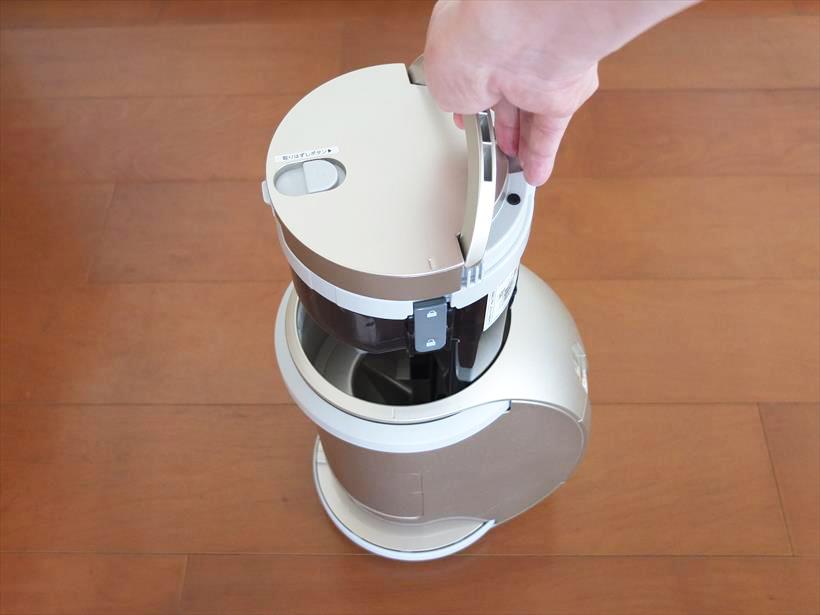 ↑本体の車輪部分が上を向くように本体を立て、「取りはずしボタン」を押すとダストカップが少し浮きます。その後ハンドルを引き起こして、ダストカップを取り出します