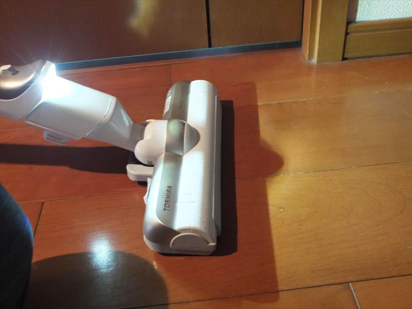 ↑ヘッドを接続する延長パイプの先端にLEDライト(ワイドピカッとライト)を装備。ただし、このLEDライトは常時点灯していて、明るい場所を掃除するときはバッテリーのムダ遣いに感じてしまいます。スイッチでON/OFFできるとうれしいのですが