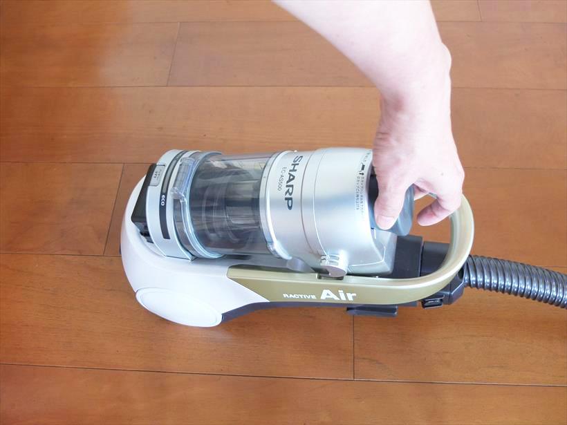 ↑ダストカップ上部のカップハンドルを引っ張るとロックが外れ、ダストカップが取り出せます