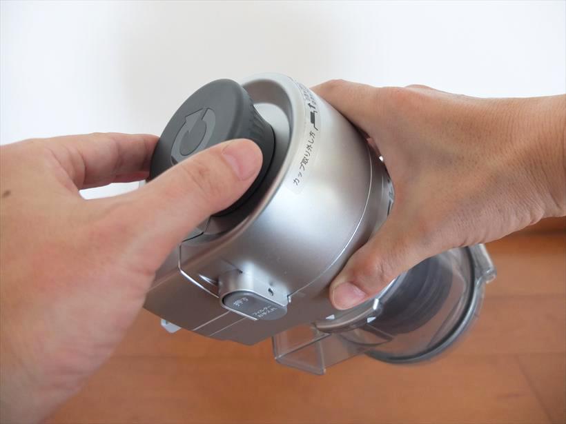 ↑カップハンドルを回すと、プリーツフィルターのチリ落とし機構と連動。フィルターが弾かれてホコリが落ちます。さらにダストカップ内部のスクリュー型の羽根でゴミをカップの底に押し込んで圧縮します
