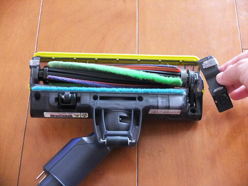 ↑ヘッドブラシを掃除するときは、ヘッド右側のカバーを外し、ブラシに装着されているベルトを外して取り出します