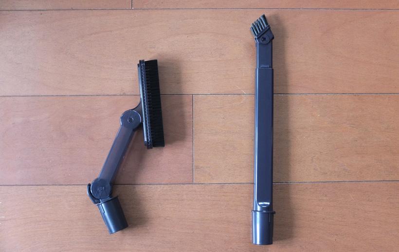 ↑付属のアタッチメント。左がはたきノズル、右が2段伸縮すき間ノズル