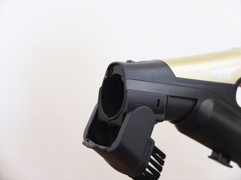 ↑「ベンリブラシ」はハンドル部に折り畳まれている状態から手で回転させて吸込口にセット。卓上などのちょっとした掃除に便利です。また、取り外して延長パイプに取り付けることも可能です