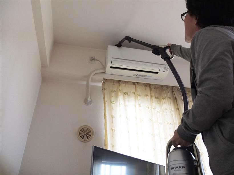 ↑はたきノズルを延長パイプに接続して、エアコン外部の掃除も可能。本体はもちろん、ヘッドも延長パイプも軽いので、片手に本体、片手にハンドルを持って、高い場所もラクラク掃除できます
