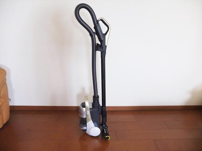 ↑掃除終了後だけでなく、掃除中にも掃除機を自立して置けます。フックを掛けるのに最初手間取りますが、慣れればサッと本体を立ててヘッドのフックを掛け、イスやモノの移動に取りかかれます