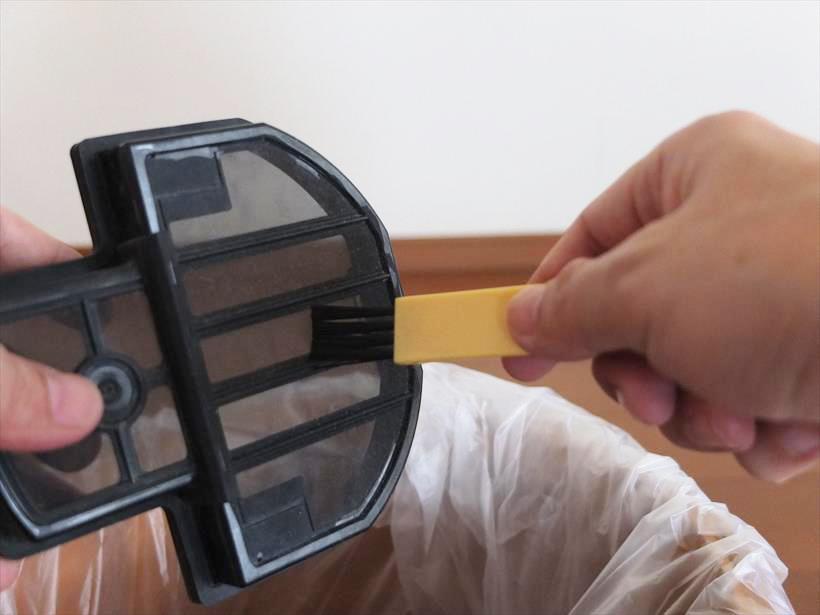 ↑メッシュフィルターについたホコリは付属のお手入れブラシを使って丁寧に取り除きます。ちなみにお手入れブラシはプリーツフィルターに使うと破れる危険があります。フィルター上部についているちり落としレバーを往復させるか、フィルターの外枠を手のひらで軽くたたいて落とすのがよいそうです