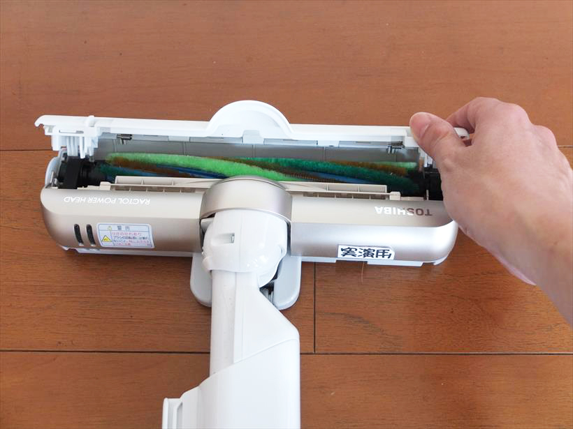 ↑ヘッド天面の両側のロックを外すとカバーが簡単に開きます。ブラシは上部から簡単に取り出せます