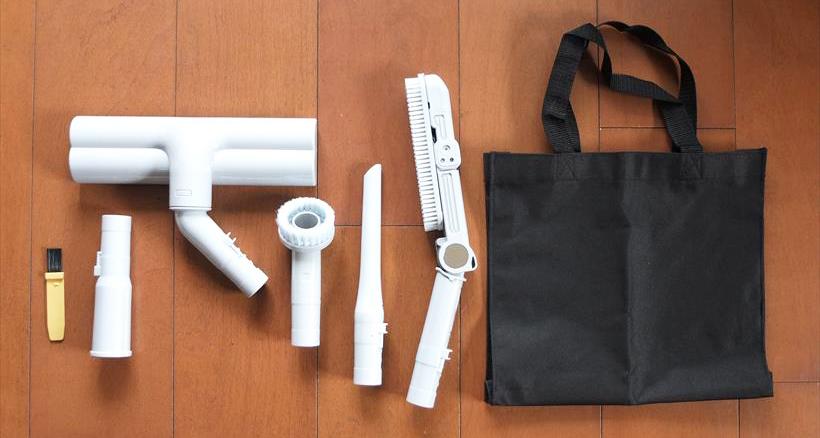 ↑付属のアタッチメント。左からお手入れブラシ、別売品用アタッチメント、ふとん用ブラシ、丸ブラシ、すき間ノズル、ロングブラシ、付属品収納バッグ