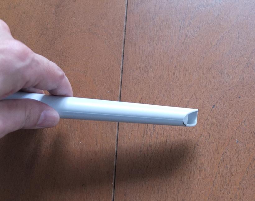 ↑本機に付属のすき間ノズルは、一般的なすき間ノズルより吸引口が小さいのが特徴。サッシのすき間などの掃除に便利です