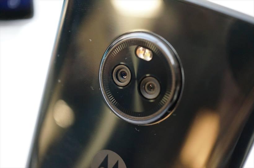 ↑リアカメラは1200万画素デュアルピクセルオートフォーカスカメラと800万画素の広角カメラのデュアルカメラ構成